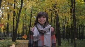 Muchacha del otoño que camina en parque de la ciudad Retrato de la mujer joven preciosa y hermosa feliz en bosque en colores de l metrajes