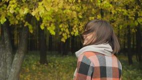 Muchacha del otoño que camina en parque de la ciudad Retrato de la mujer joven preciosa y hermosa feliz en bosque en colores de l almacen de video