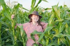 Muchacha del país en campo de maíz Imagen de archivo libre de regalías
