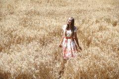 Muchacha del país en el campo de trigo Foto de archivo