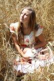 Muchacha del país en el campo de trigo Fotografía de archivo libre de regalías