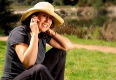 Muchacha del país en el teléfono fotografía de archivo
