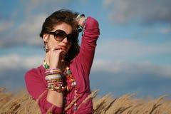 Muchacha del país en gafas de sol y joyería Fotos de archivo