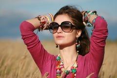 Muchacha del país en las gafas de sol que desgastan la joyería fotografía de archivo libre de regalías