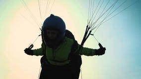 Muchacha del Paragliding El ala flexible está lista para sacar sobre una colina verde almacen de video
