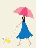 Muchacha del paraguas que recorre el perro Imagen de archivo