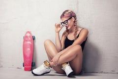 Muchacha del patinador que presenta en estudio Imagenes de archivo