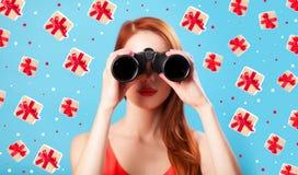 Muchacha del pelirrojo con binocular Imagen de archivo libre de regalías