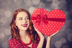 Muchacha del pelirrojo con el regalo para el día de tarjetas del día de San Valentín foto de archivo libre de regalías