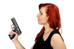 Muchacha del pelirrojo con la pistola Imagen de archivo libre de regalías