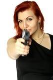 Muchacha del pelirrojo con la pistola Imagenes de archivo