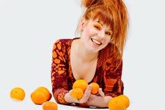Muchacha del pelirrojo con las naranjas Imagen de archivo