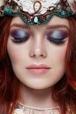 Muchacha del pelirrojo con maquillaje brillante y latigazos grandes Mujer de hadas misteriosa con el pelo rojo Ojos grandes y som foto de archivo libre de regalías