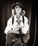 Muchacha del pelirrojo de la moda con el lazo en estudio imagen de archivo libre de regalías