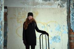 Muchacha del pelirrojo en capa negra Fotografía de archivo libre de regalías