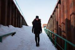 Muchacha del pelirrojo en capa negra en un día soleado Foto de archivo libre de regalías