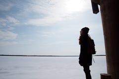 Muchacha del pelirrojo en capa negra en un día soleado Imagen de archivo libre de regalías
