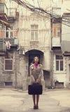 Muchacha del pelirrojo en la yarda con la maleta en Odessa. Imagen de archivo libre de regalías