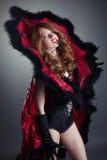 Muchacha del pelirrojo que presenta en traje de moda de la araña Foto de archivo libre de regalías