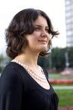 Muchacha del pelo oscuro en alineada negra Fotografía de archivo libre de regalías