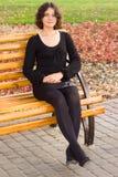 Muchacha del pelo oscuro en alineada negra Fotos de archivo