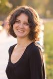 Muchacha del pelo oscuro en alineada negra Foto de archivo libre de regalías
