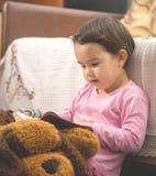 Muchacha del pequeño niño que lee la biblia foto de archivo libre de regalías