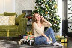 Muchacha del pintor que usa smartphone para desear Feliz Año Nuevo a los amigos Fotografía de archivo libre de regalías