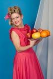 Muchacha del pinup de los años '50 con la fruta Foto de archivo