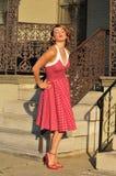 muchacha del pinup de los años 50 que sopla un beso Imagenes de archivo
