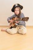 Muchacha del pirata con la guitarra Fotos de archivo libres de regalías