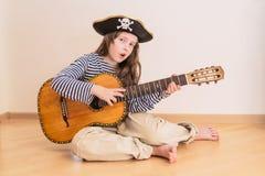 Muchacha del pirata con la guitarra Fotos de archivo