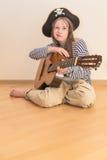 Muchacha del pirata con la guitarra Foto de archivo libre de regalías