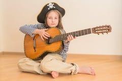 Muchacha del pirata con la guitarra Foto de archivo