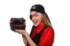 Muchacha del pirata que sostiene la caja del pecho en blanco imagenes de archivo
