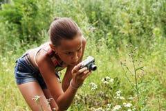 Muchacha del preadolescente con las cámaras digitales Fotos de archivo libres de regalías