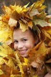 Muchacha del preadolescente en guirnalda de la hoja Fotografía de archivo