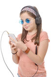 Muchacha del preadolescente que escucha la música con su smartphone, en blanco Fotografía de archivo libre de regalías