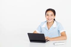 Muchacha del preadolescente que usa la computadora portátil Foto de archivo libre de regalías