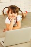 Muchacha del preescolar con el ordenador portátil Fotos de archivo libres de regalías