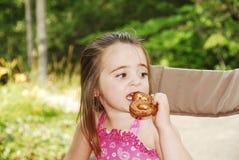 Muchacha del pretzel Fotografía de archivo