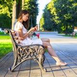 Muchacha del primer, morenita leyendo un mensaje en su teléfono, redes sociales, mujer de negocios, mirando en el correo imagen de archivo