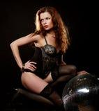Muchacha del redhair del bailarín con la bola de discoteca fotografía de archivo