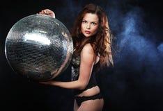 Muchacha del redhair del bailarín con la bola de discoteca imagenes de archivo