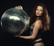Muchacha del redhair del bailarín con la bola de discoteca fotos de archivo libres de regalías