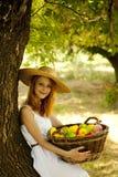 Muchacha del Redhead con la fruta en el jardín. Fotografía de archivo libre de regalías