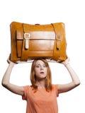Muchacha del Redhead con la maleta vieja pesada. Imágenes de archivo libres de regalías