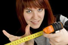 Muchacha del Redhead con la regla de medición de la herramienta fotografía de archivo