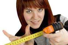 Muchacha del Redhead con la regla de medición de la herramienta Foto de archivo libre de regalías