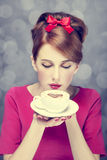 Muchacha del Redhead con la taza de café. St. Día de San Valentín. Fotos de archivo